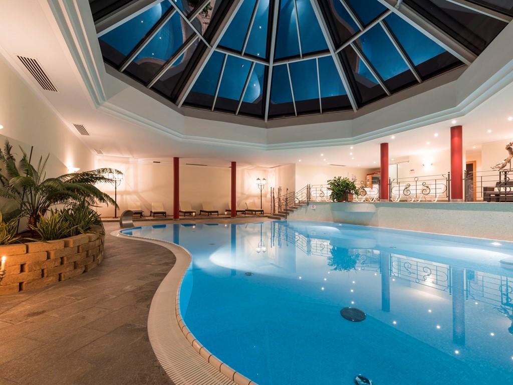 Schwimmbad wellnesshotel sch nblick in reischach am for Schwimmbad gegenstromanlage