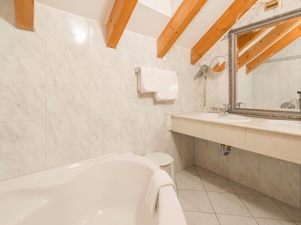 Suite mansarda camere e suite al parkhotel sch nblick di for Bagno piccolo in mansarda